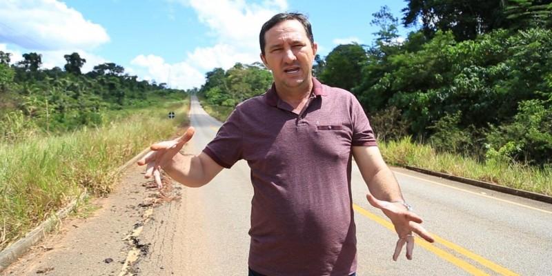 Deputado cobra punição a empreiteira responsável por asfalto esfarelado