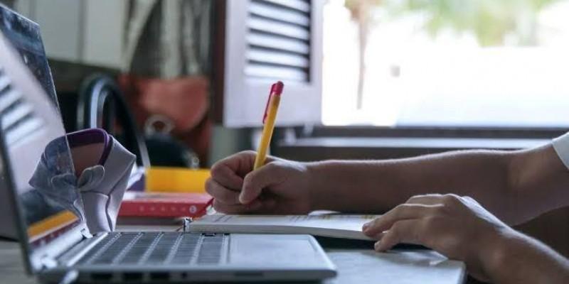 Bolsonaro veta projeto que garantia internet gratuita para alunos e professores da rede pública