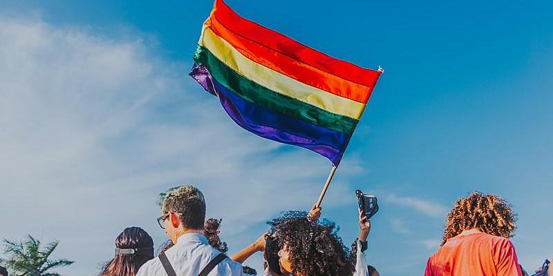 Projeto determina que espaços públicos e privados fixem avisos contra LGBTfobia